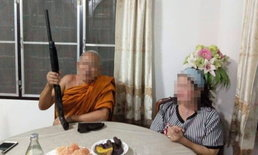 """ว่อนโซเชียล-แห่แชร์ภาพ """"พระถือปืนลูกซอง"""" วิจารณ์ไม่เหมาะสมเสื่อมเสียศาสนา"""