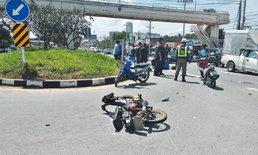 สาวใหญ่ขี่จักรยานยนต์ข้ามเลน หนุ่มนักศึกษาขี่มาทางตรง ชนเกี่ยวล้มคู่!