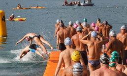 """ชาวฮ่องกงนับพันร่วมกิจกรรม """"ว่ายน้ำข้ามอ่าววิคตอเรีย"""" ประจำปี"""