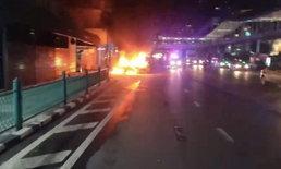 หนีตายระทึก! แท็กซี่ไฟลุกบนถนนกลางกรุง คนขับ-ผู้โดยสารรอดหวุดหวิด