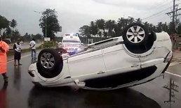 คนแห่ส่องทะเบียน สาวรอดปาฏิหาริย์ขับเก๋งคว่ำล้อชี้ฟ้า เพราะฝนตกถนนลื่น