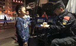 สอนมาดี! อาตี๋น้อยยิ้มแก้มปริ เจอเงิน 2 บาท เก็บนำส่งคุณลุงตำรวจ