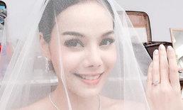 """""""หยก ธัญยกันต์"""" สวมชุดเจ้าสาว โชว์แหวนแต่งงาน คนแห่ยินดีเพียบ"""