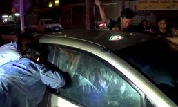 อุทาหรณ์เตือนภัย! พ่อแม่ทิ้งลูกนอนหลับในรถ กลับมาเปิดประตูไม่ได้ เรียกกู้ภัยช่วยจ้าละหวั่น