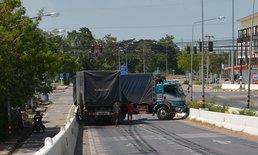 ระทึก! รถบรรทุกเบรกแตก โชเฟอร์ยอมขับชนคอสะพาน รักษาชีวิตคนนับสิบ
