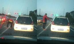 ได้ใจชาวเน็ต รถคันหน้าทิ้งขยะ คนขับรถคันหลังลงไปเก็บยัดคืนใส่มือ