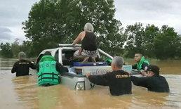 น้ำท่วมฉับพลัน จนท.ช่วยเหลือทัน ก่อนกระบะถูกกระแสน้ำซัดตกถนน