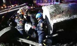 """""""รถบรรทุกน้ำมันเตา"""" พลิกคว่ำตกร่องกลางถนน คนขับติดในรถ กู้ภัยเร่งเข้าช่วยเหลือ"""