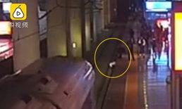 เล่นจนได้เรื่อง! หญิงจีนทะเลาะแฟนหนุ่ม กระโดดลงรางรถไฟ หวิดโดนชนสยอง