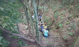 กู้ภัยโรยตัวลงเหว 100 เมตร ช่วยลุงขับปิกอัพแหกโค้ง ซ้ำเพ้อว่ามากับลูก