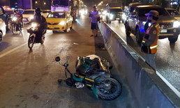 ไร้วี่แววคู่กรณี-หนุ่มซิ่งจักรยานยนต์เสียหลักล้ม รถหลังตามมาเหยียบซ้ำ จนท.เร่งล่าตัว