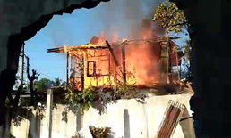 """ไหม้ซ้ำซาก! ไฟไหม้ชาวบ้าน """"บ้านค้อ"""" ซ้ำอีก หลังไหม้เพื่อนบ้านละแวกเดียวกันไม่ถึงสัปดาห์"""