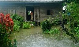 """พัทลุงฝนตกหนัก น้ำท่วมพื้นที่ลุ่มใน """"อำเภอควนขนุน"""" ท่วมบ้านเรือน-ทางเข้าออกหมู่บ้าน"""