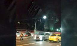 นาทีระทึก! ระเบิดทำลายตึกแต่ไม่ปิดถนน ซากถล่มเฉียดรถหวุดหวิด