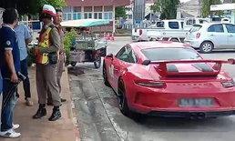 เสี่ยสิงคโปร์ซิ่งปอร์เช่คันหรู เบรกหมุนเคว้งชนตำรวจเก็บด่านกระเด็น