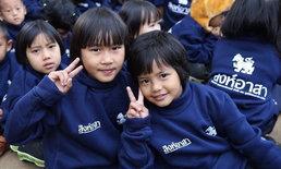 """""""ออกค่ายไปกอดน้อง ปี 4"""" เครือข่ายนักศึกษาไทย-ต่างชาติ 15 สถาบัน มอบเสื้อกันหนาว ช่วยผู้ประสบภัยหนาว"""