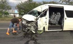 รถตู้รับ-ส่งคนงานยางหน้าระเบิด เสียหลักแฉลบชนท้ายรถบัส บาดเจ็บหลายราย