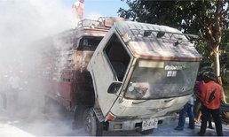 เชื้อเพลิงเคลื่อนที่! ไฟไหม้รถบรรทุกกระดาษ ชาวบ้านช่วยกันตักน้ำในคลองดับ