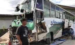 ระทึก รถบัสหมอลำชื่อดังพุ่งชนบ้าน โชเฟอร์เผยวูบหลับทำเฉียดตาย