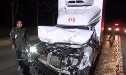 หวิดดับ-โชเฟอร์หลับใน ขับกระบะส่งนมเย็นข้ามเลนเสยท้ายรถพ่วง