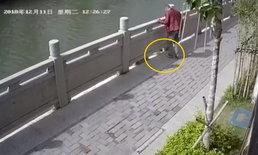 โดนด่ายับ! ชายจีนแกล้งถีบแมวตกแม่น้ำ แถมยืนหัวเราะเบิกบานใจ