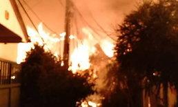 ทะเลเพลิง! ไฟไหม้ชุมชนย่านเจริญกรุง วอดวายกว่า 10 หลัง รถน้ำเข้าไม่ได้