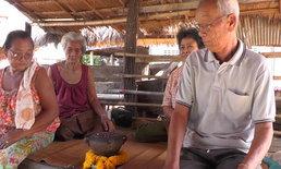 ผู้หญิงนั่งล้อมวงเถียงเรื่องเลขเด็ดในบ้าน ลุงเผยความฝันก่อนพบหม้อดินโบราณ