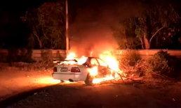 ไฟไหม้เก๋งวอดทั้งคัน ใกล้กันเจอหนุ่มเมาสุราปาหินใส่รถ เจ้าหน้าที่เร่งควบคุมตัวสอบสวน