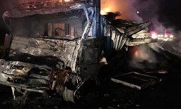 """สิบล้อติดแก๊สชน """"รถขนอ้อย"""" เพลิงลุกท่วมทั้งคัน คนขับถูกไฟคลอกดับอนาถ 1 ราย"""