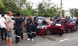 กระบะเสียหลักพุ่งข้ามเกาะกลางถนน ชนเก๋งและแท็กซี่ยับ บาดเจ็บ 2 เสียชีวิต 2 ราย