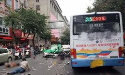 นองเลือดสยอง! หนุ่มจีนคลั่งไล่แทง จี้รถเมล์ชนฝูงชน 5 ศพเกลื่อนถนน