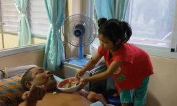 ชาวบ้านเอ็นดู หนูน้อย 5 ขวบยอดกตัญญู ดูแลลุงป่วยอัมพาตคล่องเกินวัย