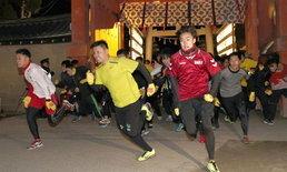 """ประชันฝีเท้า ศาลเจ้าญี่ปุ่นจัดแข่งวิ่งรับปีใหม่ เฟ้นหา """"หนุ่มโชคดี"""" ที่สุดแห่งปี"""