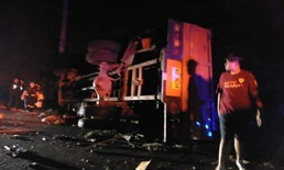 รถคนงานการไฟฟ้าฯ ชนปิกอัพคาทางหลวงหล่มสัก ตายพุ่ง 8 ศพ เจ็บระนาว