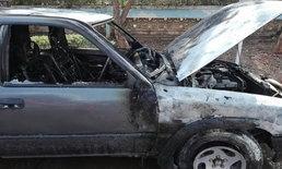 เฒ่าวัย 65 ขับกระบะไฟเกิดลุกไหม้ห้องเครื่อง เปิดประตูกระโดดลงรถหนีตาย!
