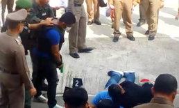 """ตำรวจเปลี่ยนแผน คุม """"เขยฆ่า 5 ศพ"""" ทำแผนหลังสถานี หวั่นญาติรุมประชาทัณฑ์ (มีคลิป)"""