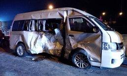 ชนกระเด็น-กระบะชนรถตู้คณะครูกลางแยกไฟแดงอย่างแรง คนเจ็บระนาว (มีคลิป)