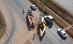 เทรลเลอร์บรรทุกแบคโฮเบรกแตก คนขับพยายามประคองรถก่อนแหกโค้งพลิกขวางถนน