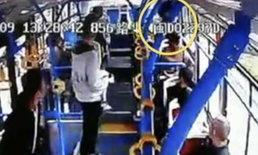 ลุงหื่น ลวนลามสาวบนรถเมล์ กระโดดหน้าต่างหนีแต่ไม่รอด ขาหักเลือดโชก