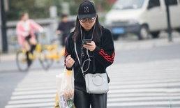 """ไก่ตัวแรกถูกเชือด! จีนเข้ม เริ่มปรับเงินคน """"เล่นมือถือ"""" ขณะเดินข้ามถนน"""