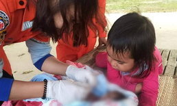 สะเทือนใจ พี่สาว 2 ขวบ นั่งเฝ้ากู้ภัยแต่งตัวให้น้องชายเพิ่งคลอด ไม่รู้ว่าน้องตายแล้ว