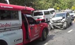 รถแดงเชียงใหม่ ซิ่งแซงเส้นทึบ พุ่งชนเก๋งขณะลงดอยสุเทพ ผู้โดยสารเจ็บ 11