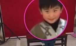 น่าเอ็นดู เด็กชาย 4 ขวบ ถ่ายรูปติดบัตรครั้งแรก สุดสับสนแม่ไม่ให้ยิ้ม (คลิป)