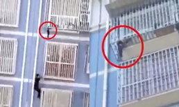 """ใจกล้ามาก ชายจีนปีนตึก 6 ชั้น """"มือเปล่า"""" ช่วยชีวิตเด็กน้อยติดรั้วลูกกรง"""