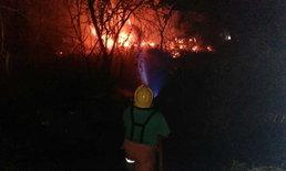 ไฟไหม้ป่าหญ้าลุกลาม หวิดไหม้โรงแรมกลางเมืองโคราช โชคดีที่ควบคุมเพลิงได้ทัน
