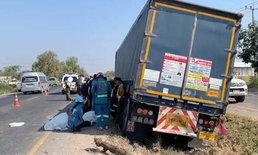 รถพ่วง 18 ล้อเสียหลัก เบียดกระบะก่อนตกร่องกลางถนน-คนเจ็บอื้อ