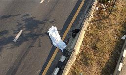 หนุ่มวัย 27 ซิ่งจักรยานยนต์เสียหลักชนราวสะพานกลับรถ ตกลงมาดับคาที่!