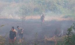 หวิดวอด! ไฟลามทุ่งเข้าชุมชนดับเพลิงกันวุ่น ท่ามกลางชาวบ้านลุ้นระทึก