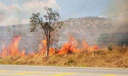 ไฟไหม้ป่าริมถนนพิษณุโลก-หล่มสัก เจ้าหน้าที่คอยสกัดทำแนวกันไฟด้านหน้า