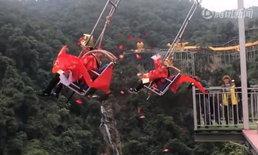 """ตรุษจีน 2562: จุดชมวิวโปรย """"อั่งเปา"""" นักท่องเที่ยวจีนไม่สนอันตราย ไต่ผาสูงลงไปเก็บ"""